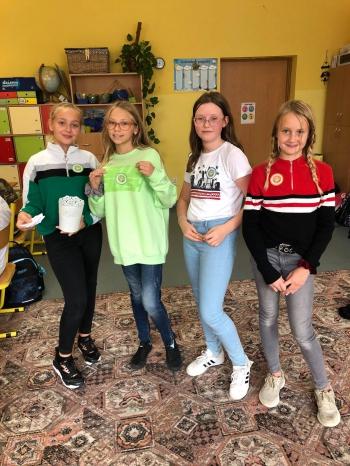Uczennice klasy 6b sprawdzające wiedzę młodszych kolegów