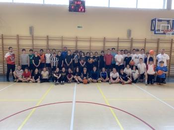 Klasy 7-8- rozgrywki w koszykówkę zdjęcie grupowe